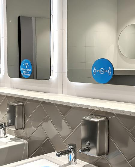 Adhäsionsaufkleber: saubere Spiegelwerbung